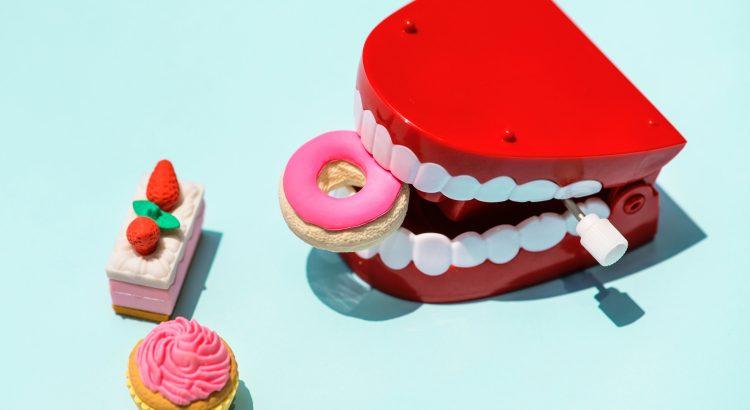 zobi ēd ēdienu