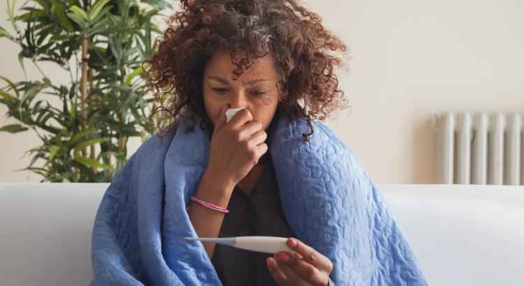 sieviete slima ar gripu