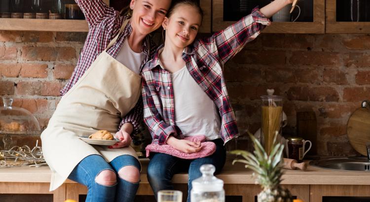 māte un meita virtuvē