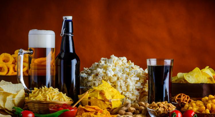 dzērieni un dažādas uzkodas